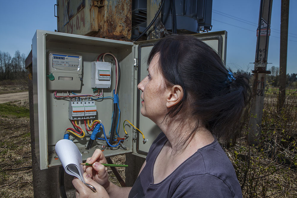 what does a meter reader do